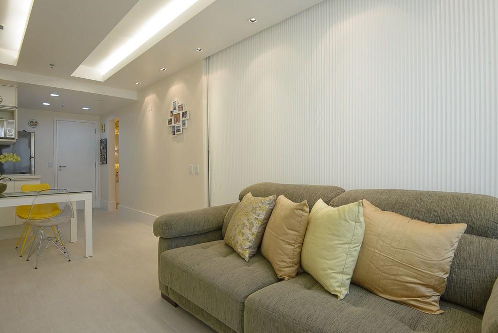 Salon pequeño separado de dormitorio por panel