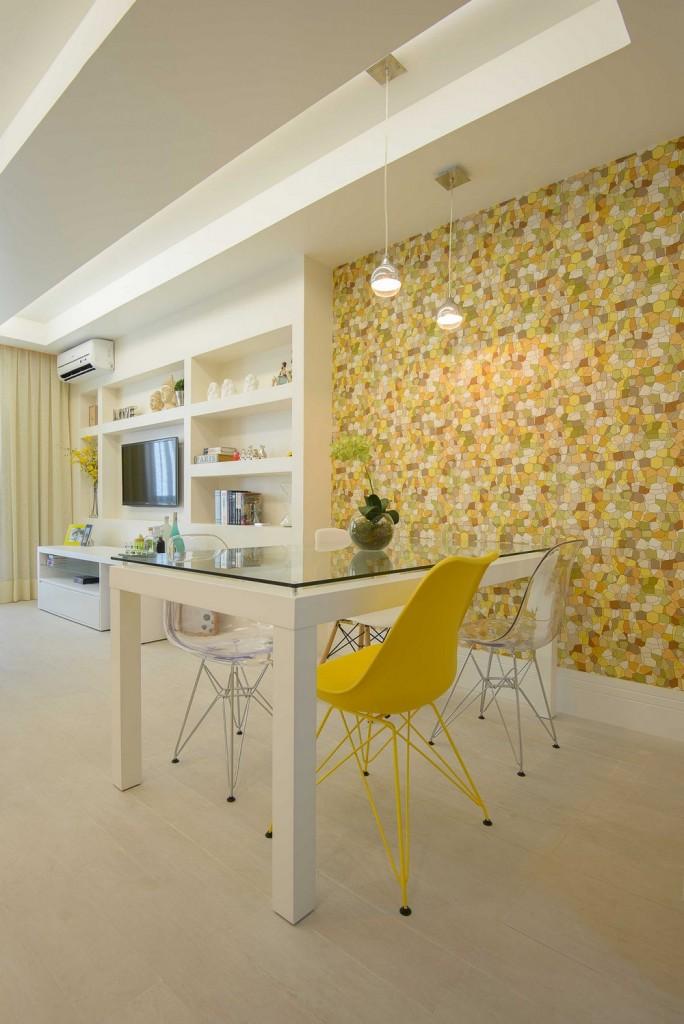 Comedor moderno con toque retro de papel pintado y sillas eames 2