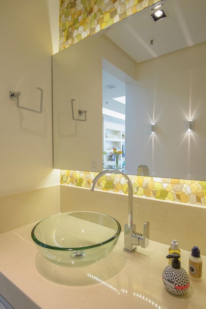 Baño moderno y toque retro de papel pintado