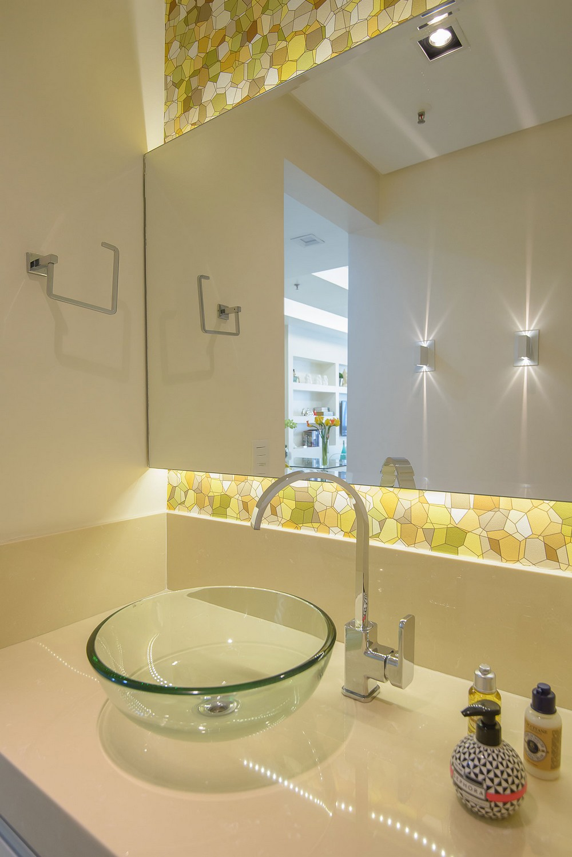 Baño Pintado De Amarillo:Apartamento de 45 metros cuadrados en Copacabana