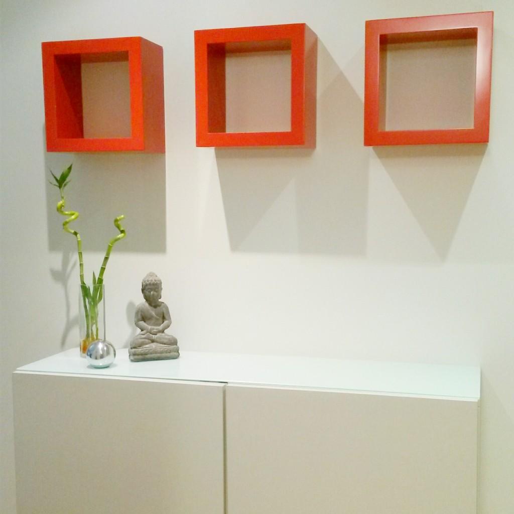 Recibidor blanco con cubos rojos zen 03