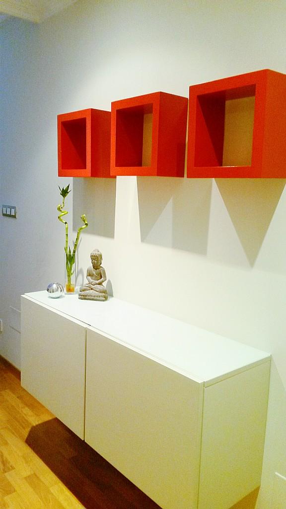 Recibidor blanco con cubos rojos zen