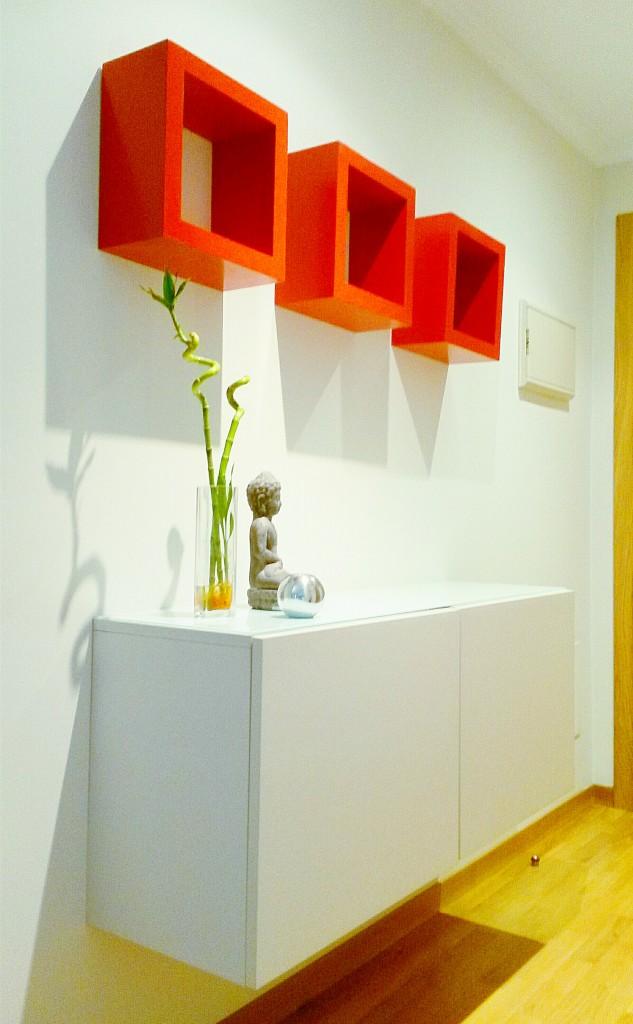Recibidor blanco con cubos rojos zen 02