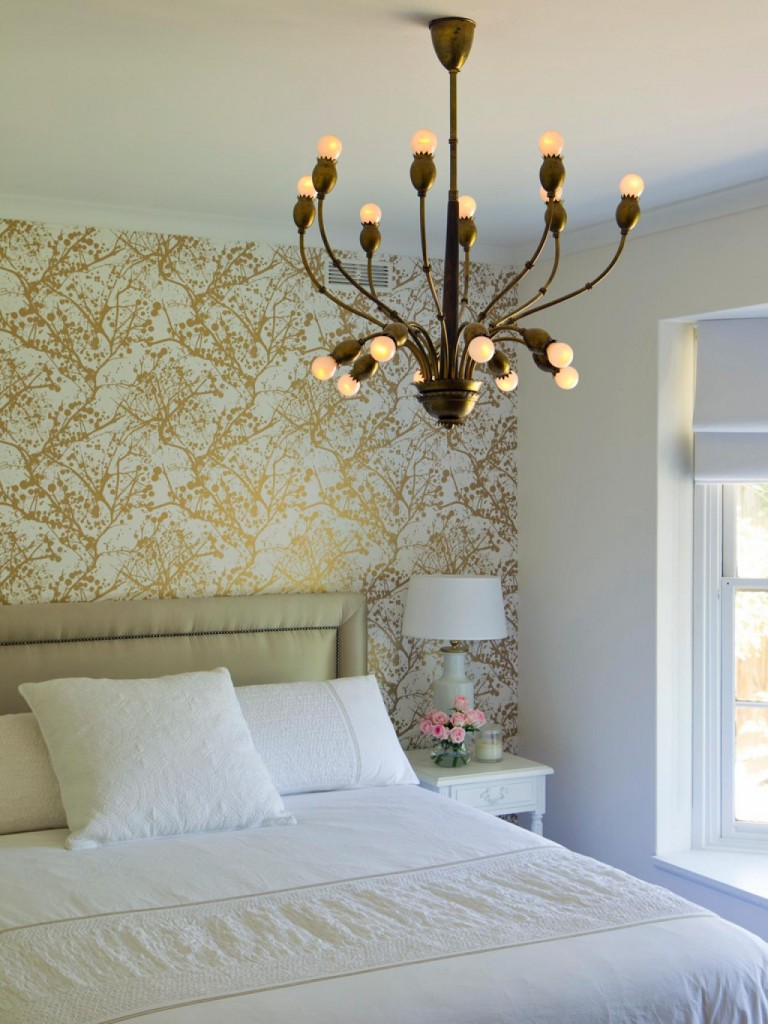 dormitorio con papel pintado en dorado hgtv