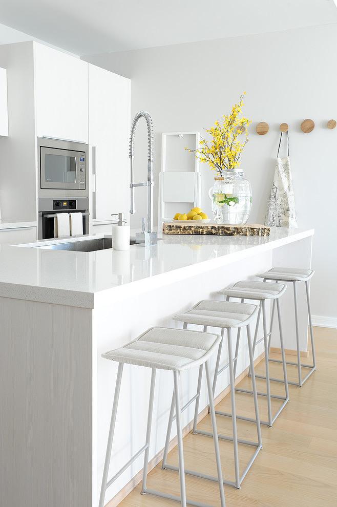 Piso blanco y gris - cocina isla