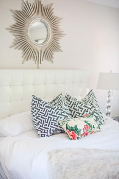 dormitorio con espejo de sol stylemepretty - foto Christine Choi