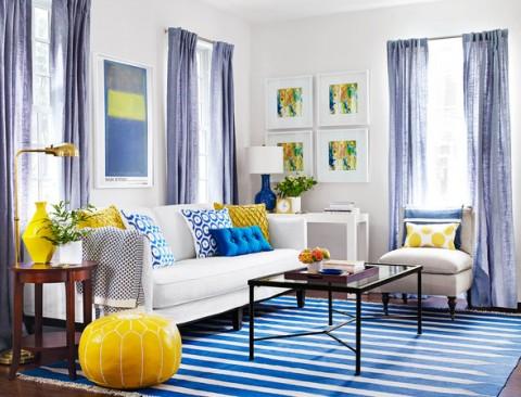 salon en blanco y azul combinado con amarillo