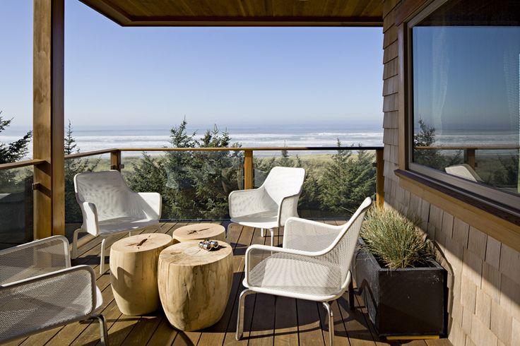 terraza con mesitas de madera natural pinterest