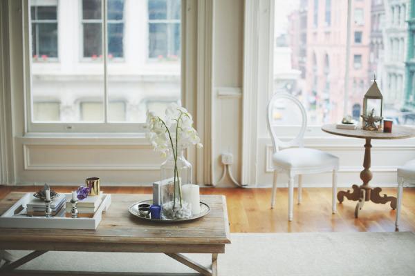 Loft afrancesado en NYC - rincon con encanto y mesita de cafe