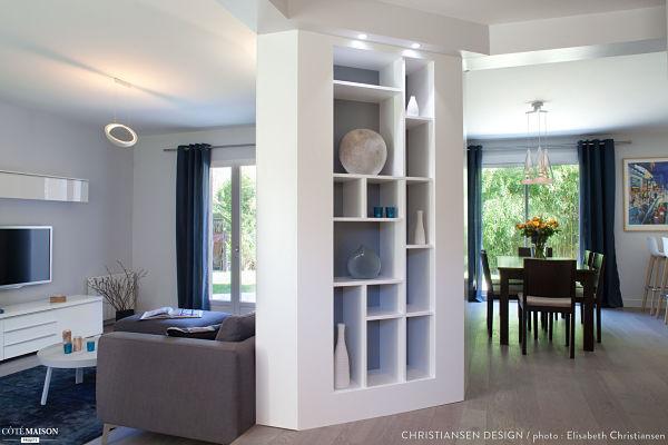 salon en blanco, azul, gris y madera - espacios