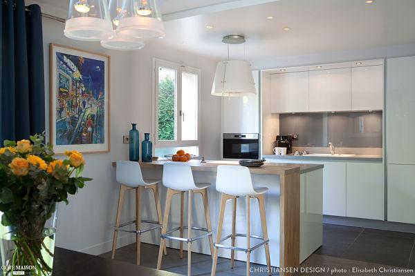 salon en blanco, azul, gris y madera - zona cocina barra de desayuno