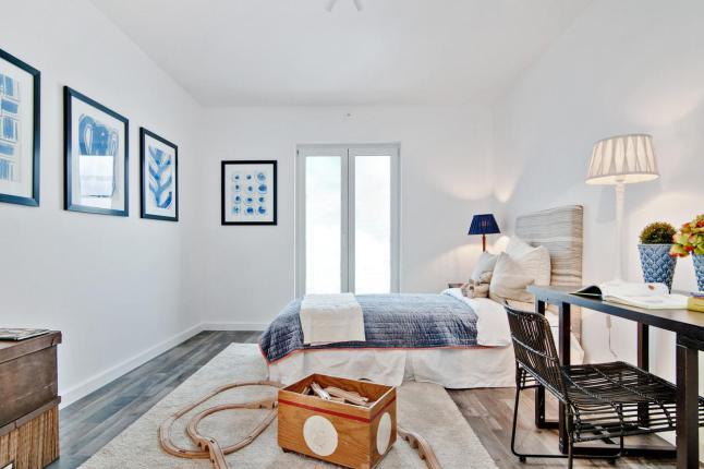 Con toques de naranja - dormitorio blanco y azul