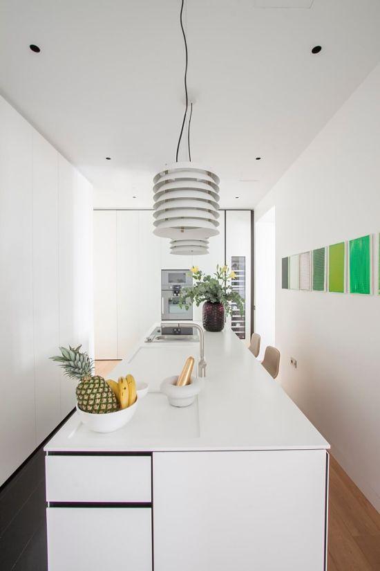 madrid luminoso y colorido - cocina blanca